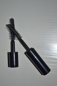 Astuces pour les débutantes et/ou fauchées: Au lieu d'acheter une brosse à sourcils à 20 euros chez M.A.C, prenez donc vos anciennes brosses de mascara, lavez-les avec de l'après-shampoing, séchez, un, deux, trois, brossez! Et pour vos petits bagages...