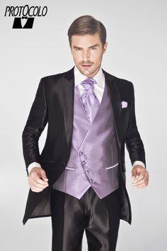 Traje de novio modelo Armin. Semilevita negra, con pantalón a juego, combinada con un chaleco lila y corbanda (el complemento que distingue a los novios) al tono. #boda #novio