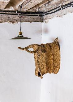 cabezas de esparto, el complemento original, natural y diferente https://iluminoteca.com/cabezas-de-animales-y-decoracion-con-esparto-un-toque-muy-trendy/