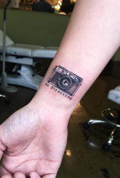 Tiempo y recuerdos: el significado de tatuarse una cámara de fotos #tattoos #tatuajes