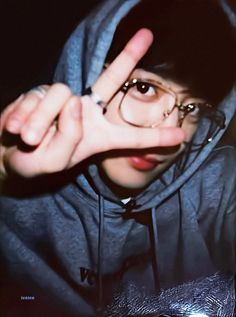 chanyeol and his signature pose