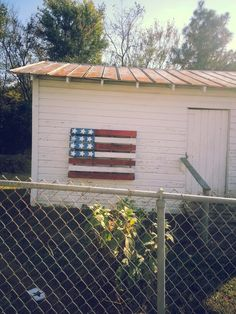 This would dress up the side of our house nicely. Pallet Crafts, Pallet Art, Diy Pallet Projects, Outdoor Projects, Diy Projects To Try, Furniture Projects, Home Projects, Pallet Flag, Pallet Ideas