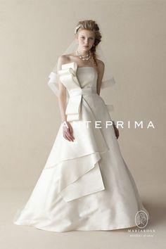 ANTEPRIMA (ANT-0041)  胸元にデフォルメされたバラの花をかかえたようなオーバードレスは、共布のトリミングで甘すぎない大人のドレスに仕上げました。      オーバードレスをはずすと別ベルトをつけて違った表情が楽しめる2WAYドレスです。