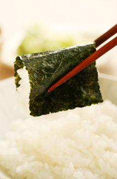 味付け海苔で巻いたごはん; this is the way to eat #nori & #rice.
