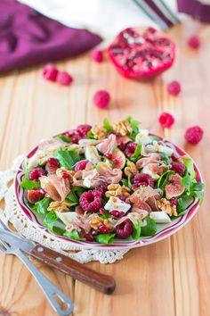 Salade de mâche, noix, framboises, crottin de chèvre, grenade et figues aux lamelles de jambon de Parme