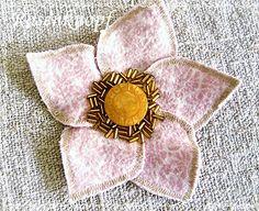 Stoffbrosche aus fünf Blütenblättern, Knopf und aufgestickten Perlen♥