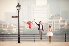 hochzeitsfotos lustig bräutigam springen luftballons