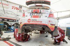 Fiesta R5 Motointegrator Team w strefie serwisowej,