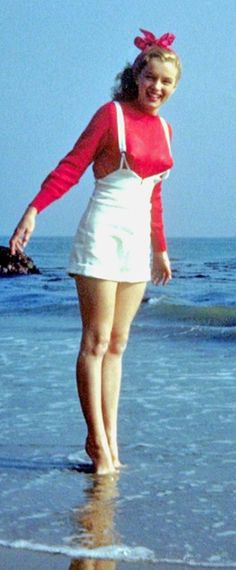 1945: Marilyn Monroe – Norma Jeane – at the beach in a red jumper …. #marilynmonroe #pinup #monroe #marilyn #normajeane #iconic #sexsymbol #hollywoodlegend #hollywoodactress #1940s