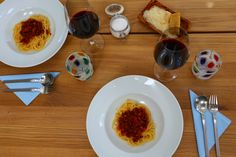 No man is lonely eating spaghetti; Bolognese, Eat, Tableware, Blog, Recipes, Browning, Tomato Juice, Fried Vegetables, Eten