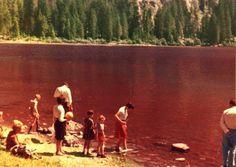 I #bambini si divertivano a giocare nelle acque rosse del #lago! L'#estate tutte le #famiglie della #ValdiNon si recavano a Tovel!