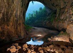Ханг Сон Дунг, Вьетнам  Самая большая пещера в мире. По словам исследователей, в подземном зале пещеры места хватит даже для 40-этажного небоскреба.