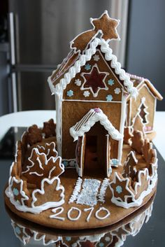 Gingerbread House by johannan-herkut.blogspot.com - Love the house numbers and placement on the mirrored tray