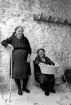 1959 - Donne d' Abruzzo The first death in the family women dressed in black for well-defined periods: two years for parents, her husband for 3, 5 for a child. So, of mourning in mourning, never left that color.   #TuscanyAgriturismoGiratola