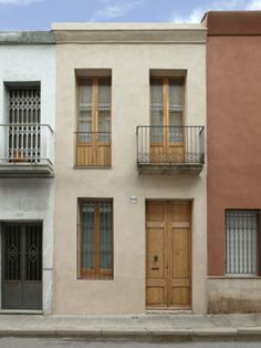 Refurbished terraced House in Sabadell Mogas Arquitectes sl Contemporary Architecture, Interior Architecture, Fachada Colonial, Townhouse Exterior, Narrow House, Modern Windows, Spanish House, Village Houses, Facade House
