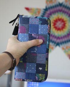 자동 대체 텍스트를 사용할 수 없습니다. Sew Wallet, Cash Wallet, Patchwork Bags, Quilted Bag, Diy Sewing Projects, Sewing Hacks, Fabric Bags, Fabric Scraps, Quilt Block Patterns