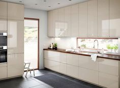 Voxtorp IKEA medium size kitchen with light beige high-gloss doors and drawers combined with a walnut worktop. Kitchen Sink Sizes, Kitchen Ikea, Kitchen Sink Design, Kitchen Interior, New Kitchen, Kitchen Cost, Kitchen Floor, Kitchen Storage, Kitchen Island