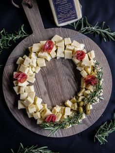 Christmas Cheese Platter Ideas - Create a Cheese Wreath to entertain guests during your holiday party! Christmas Cheese, Christmas Appetizers, Xmas Desserts, Meat And Cheese Tray, Cheese Platters, Parchment Paper Baking, Cocktails, Platter Ideas, Clean Eating Snacks