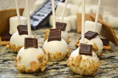 This S'mores Cake Pops are perfect for a summer party! No campfire required for these irresistible cake pops by Deanna of Dee's-licious Desserts. Fudge, Cake Pop Flavors, Nutella, Cake Pop Tutorial, Cake Mug, Starbucks, Smores Cake, Wedding Cake Pops, Pear Cake