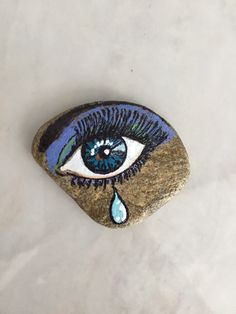 Eyes of stoneBest eye ball I've ever seen Painted Pavers, Painted Rocks Craft, Hand Painted Rocks, Pebble Painting, Pebble Art, Stone Painting, Abstract Face Art, Driftwood Wall Art, Art And Hobby