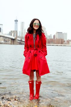 So, what to wear to look chic on a rainy day? Check out our tips below and see how you can actually still look fab despite spring's unexpected showers. Outfit Posts, Cute Rain Boots, Hunter Boots Outfit, Hunter Wellies, Classic Trench Coat, Boating Outfit, Raincoats For Women, Look Chic, Vestidos