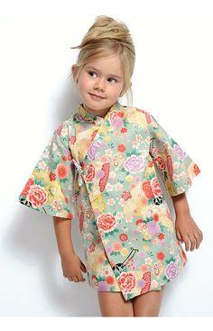 Descripción: Vestido niña tipo kimono con manga acampanada. La prenda cuenta con lazadas interior y exterior para una puesta fácil. Composición: 10...