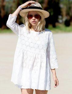 Micro robe blanche + short blanc + chapeau en paille