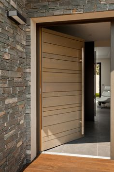 L'ouvrant de cette composition Nativ fait 1200mm, la largeur de passage est importante, et donne de l'ampleur à l'entrée Wooden Front Door Design, Main Entrance Door Design, House Entrance, Modern Entry Door, Modern Exterior Doors, Flush Door Design, Door Design Interior, Red Cedar, Furniture