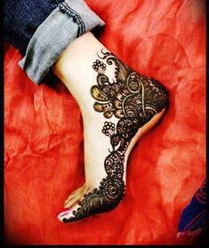 This is heavy looking henna on right foot. Henna is made in the inner side. It may look heavy because of many black color and very tiny spaces between. Also you can see how henna moves up from the finger to the heel. Very original placement! Mehendi, Mehndi Art, Henna Mehndi, Henna Art, Arabic Henna, Indian Henna, Beautiful Arabic Mehndi Designs, Latest Mehndi Designs, Bridal Mehndi Designs
