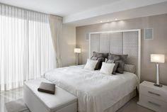 kleines schlafzimmer helle farben weiß creme tischleuchten gepolsterter bettkopfteil