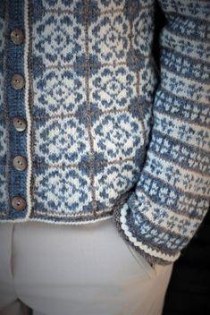 Delft Royal Kofte | Garnpakker med strikkeoppskrifter fra Sidsel J. Høivik Fair Isle Knitting Patterns, Knit Patterns, Delft, Pulls, Knitting Projects, Knit Cardigan, Free Pattern, Knit Crochet, Blue And White