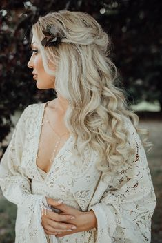 Revisiting this shoot and Im still speechless! This half up half down style is the ultimate inspo for a boho bride. Boho Updo, Bohemian Hairstyles, Bride Hairstyles, Vintage Wedding Hair, Boho Wedding, Bridal Hair And Makeup, Wedding Makeup, Wedding Hairstyles Half Up Half Down, Wedding Hair Inspiration