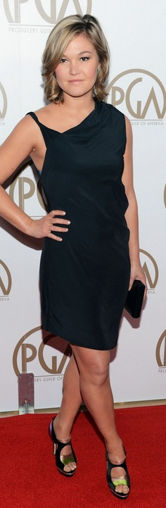 Who made Julia Stiles' jewelry, sandals, and black dress that she wore in Beverly Hills on January 26, 2013?