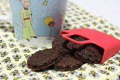 Aprenda a receita de cookies de cacau, sem lactose, sem glúten e sem soja. Feito com farinha de amendoim. Gostoso, nutritivo, e muito fácil de fazer. Vem ver!