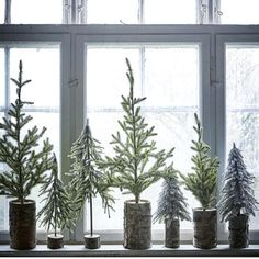 5 Mini Christmas Tree Ideas For Small Spaces (my scandinavian home) Artificial fir tree as Christmas decoration? An artificial Christmas Tree or even a real one? Scandinavian Christmas Decorations, Decoration Christmas, Noel Christmas, Scandinavian Home, Rustic Christmas, White Christmas, Christmas Tree Simple, Christmas Window Display Home, Christmas 2017