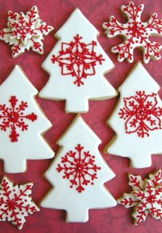 White with Red Christmas Cookies Christmas Sugar Cookies, Christmas Sweets, Christmas Cooking, Noel Christmas, Christmas Goodies, Holiday Cookies, Winter Christmas, Box Deco, Deco Table Noel