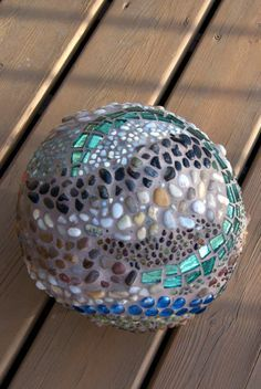 Mosaic garden ball I covered in mostly pebbles and rocks. Mosaic garden ball I covered in mostly peb Mosaic Rocks, Mosaic Stepping Stones, Stone Mosaic, Mosaic Glass, Glass Art, Stained Glass, Mosaic Diy, Mosaic Garden, Mosaic Crafts