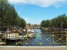 Belo canal; no centro da cidade