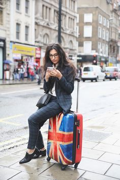 """SUITSUIT Union Jack 24"""" Spinner Ook heel handig van het meenemen van een koffer: je hebt altijd een stoel bij de hand wanneer nodig."""