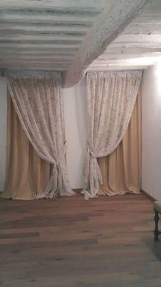 doppie tende composte da raso oscurante oro e tessuto decorativo bianco, cuciti insieme e montati su unico bastone