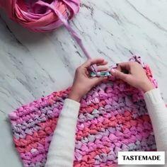 Rag Rug Diy, Diy Rugs, Crochet Projects, Sewing Projects, Tshirt Garn, Braided Rag Rugs, Rag Rug Tutorial, Diy Crafts For Home Decor, Denim Crafts