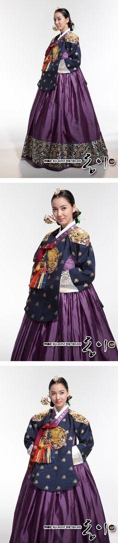 Korea, Joseon Dynasty, Hanbok worn by Queen with Dang'ui  type blouse
