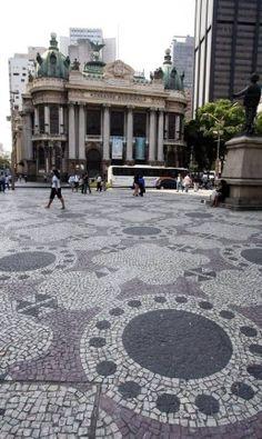 Calçadas da Cinelândia de pedras portuguesas com o Teatro Municipal ao fundo Foto: Fábio Rossi / Agência O Globo/05-10-2007