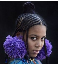 Pretty Sho Madjozi real name Maya Wegerif, is a South African rapper and poet.giving us hair inspiration with her Fulani braids Our Throwback Thursday turn Celebrity Hairstyle Column Black Girls Hairstyles, Celebrity Hairstyles, Fulani Braids, Braids With Extensions, African Fashion, African Style, Love Her Style, Hair Pins, Hair Inspiration