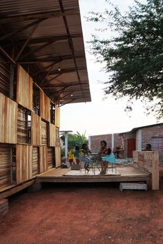 Image from Chacras Project; Pop Up Productive Housing by Natura Futura Arquitectura in Arenillas, Ecuador. Temporary Architecture, Tropical Architecture, Wood Architecture, Vernacular Architecture, Sustainable Architecture, Steel Framing, Rural Studio, Old Western Movies, Hospital Architecture