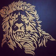 Lion en string art de 110 x 110 cm sur fond en cuir noir by DIMENSYON Inviter