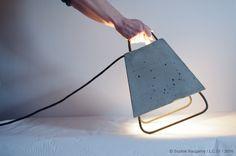 Cette lampe à poser inspirée des projecteurs que l'on peut trouver sur les chantiers, utilise les matériaux de construction comme le fer à béton et le béton fibré. Elle peut servir de lumière d'ambiance ou de projecteur. Fer à béton vernis / béton fibré…