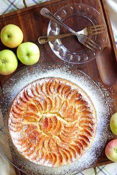 Jokin aika sitten Hulluna Leivontaan-ohjelman Eric Lanlard leipoi omena-juustokakun. Kakku sisälsi digestivepohjan, karamellisoituja omenoita, juustotäytteen sekä päälle tuli lisäksi vielä omenasiivuja. Ohjelman nähtyäni mieleni teki tehdä sellainen. En kuitenkaan saanut reseptiä ylös, joten kehittelin …