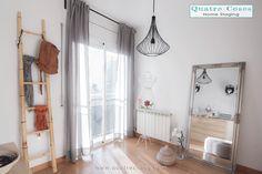 Vestidor luminoso, escalera de bambú y espejo.