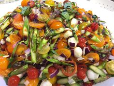 En utrolig flot og farverig salat. Jeg har brugt cherrytomater i blandede farver, hvilket dog kan være svært at finde i supermarkedet men så kan man jo bare bruge de røde cherrytomater. Cherrytomater ( 3-4 bakker vil jeg tro) 1 bund grønne asparges 2 stk. Rødløg 2 poser Mini mozarellakugler Dressing: Balcamico glace. Halvere cherrytomaterne,…